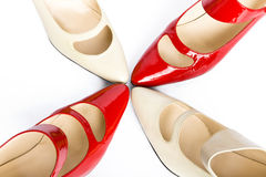 Zwei Schuhe der eleganten Damen der Paare stockbild