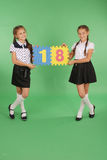 Zwei Schulmädchen halten Farbbrett mit der Nr. achtzehn Stockbilder