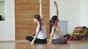 Zwei schwangere junge Frauen, die Entspannung tun, trainieren auf Übungsmatte stock footage