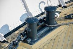 Zwei schwarze Schiffspoller auf einer hölzernen Plattform auf einem Schiff lizenzfreie stockfotos