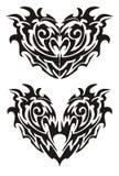 Zwei schwarze teuflische Monsterherzen in der Stammes- Art Stockfoto