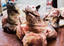 Zwei Schweinköpfe auf dem Zähler im Markt Die Fleisch Abteilung im Speicher Lizenzfreies Stockbild