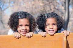 Zwei Schwestern auf Bank Stockfotos