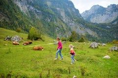 Zwei Schwestern auf Wanderwege um malerisches Konigssee, bekannt als Deutschland-` s am tiefsten und der sauberste See, gelegen i Lizenzfreies Stockbild