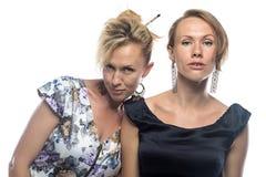 Zwei Schwestern auf weißem Hintergrund Stockfotos