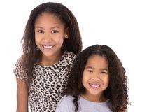 Zwei Schwestern auf weißem Hintergrund Lizenzfreies Stockfoto