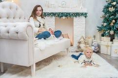 Zwei Schwestern auf Weihnachtsabend haben Spaß Stockfotos