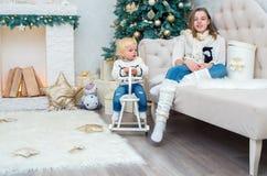 Zwei Schwestern auf Weihnachtsabend haben Spaß Stockfotografie