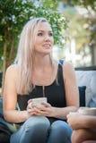 Zwei Schwestern, die Kaffee auf einem Sofa trinken Lizenzfreies Stockfoto