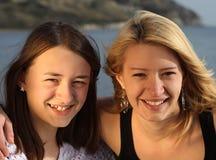 Zwei Schwestern, die Spaß am Feiertag haben. Lizenzfreies Stockfoto
