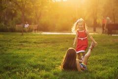 Zwei Schwestern, die Spaß haben lizenzfreie stockfotos