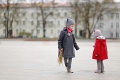 Zwei Schwestern, die Weidenniederlassungen auf Ostern halten Lizenzfreie Stockfotografie