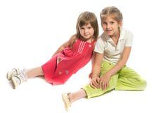 Zwei Schwestern, die zusammen sitzen Lizenzfreie Stockfotos