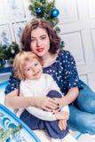 Zwei Schwestern im Weihnachtsdekorationslächeln Lizenzfreies Stockbild
