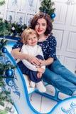 Zwei Schwestern im Weihnachtsdekorationslächeln Stockbild