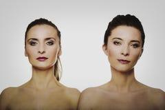 Zwei Schwestern mit bilden Stockfotos