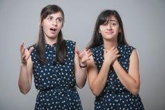 Zwei Schwestern mit lustigen Gesichtern Stockfotografie