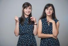 Zwei Schwestern mit lustigen Gesichtern Stockbild