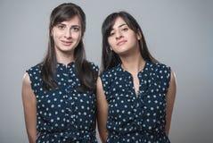 Zwei Schwestern mit lustigen Gesichtern Lizenzfreies Stockbild