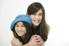 Zwei Schwestern oder Freunde, die sich umarmen Lizenzfreie Stockfotos