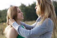 Zwei Schwestern oder Freundinnen in einer nahen Umarmung Lizenzfreie Stockfotos