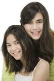 Zwei Schwestern zusammen, getrennt auf Weiß Stockfoto