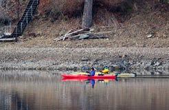 Zwei See Kayakers. Stockbilder