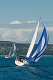 Zwei Segelboote auf dem Meer Lizenzfreie Stockfotos
