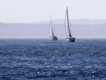 Zwei Segelboote auf tiefem blauem Wasser stockfotos