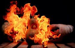 Zwei sehr furchtsam und gefährliche Halloween-Kürbise, mit einem schrecklichen Lizenzfreie Stockbilder