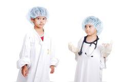 Zwei sehr Kinder in der weißen Krankenhauskleidung Lizenzfreies Stockbild