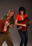 Zwei sehr lustige Musikmädchen Lizenzfreie Stockbilder