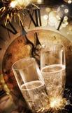Zwei Sektkelche, die neues Jahr feiern stockfotos
