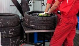 Zwei servicemans, die Reifen reparieren Lizenzfreies Stockfoto