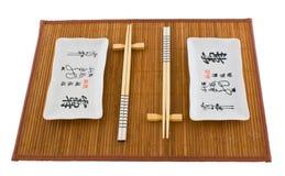 Zwei Sets Teller für Sushi auf der Matte Stockbilder