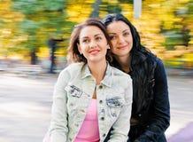 Zwei sexy, schöne junge glückliche Frauen Stockbild