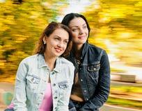 Zwei sexy, schöne junge glückliche Frauen Lizenzfreie Stockfotografie