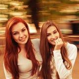 Zwei sexy, schöne junge glückliche Frauen Stockfotos
