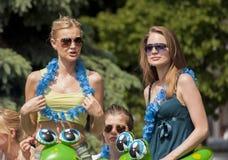 Zwei sexy Studentinnen mit Strandspielwaren und Hawaii-Girlanden Stockfotos