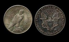 Zwei silberne amerikanische Dollar mit Adler auf Schwarzem Stockbild