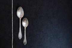 Zwei silberne Löffel mit Perlen stockbilder