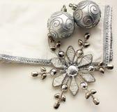 Zwei silberne Weihnachtsbälle auf weißem Hintergrund Stockfotos