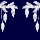 Zwei Silbertannenzweige mit schönen Spielwaren für das neue Jahr Weihnachtsfichtenzweige Auf einem blauen Hintergrund Lizenzfreie Stockbilder