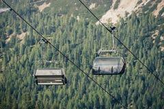 Zwei Sitze eines Sesselliftes in Cinque Torri, Cortina D ` Ampezzo, Dol stockfoto