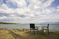 Zwei Sitze mit einer Ansicht, Korfu, Griechenland Stockbild