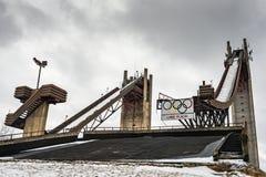 Zwei Ski Jump Towers im Winter Stockfotos