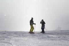 Zwei Skifahrer machen Foto auf nebelhafter Skisteigung Stockfoto