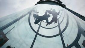 Zwei Skydivers fliegen in Windrichtung Tunnel Extrem, das Tandem im Windkanal im freien Fall springt stockfotografie