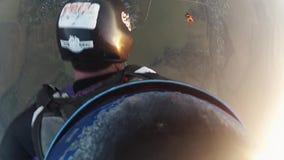 Zwei Skydivers geben in Himmel zusammen fallen frei drehzahl Extreme Tätigkeit Sonnenuntergang stock video