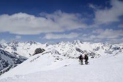 Zwei Snowboarders auf dem Skiort Stockfotos